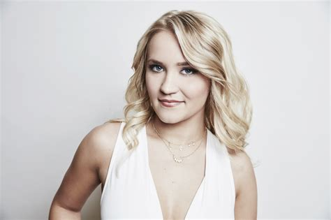 4 Reasons Young Hungrys Emily Osment Is Our Ultimate Wcw