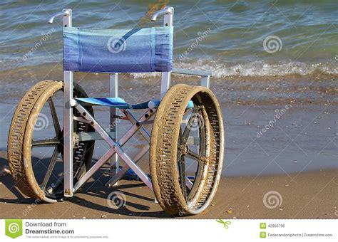 fauteuils roulants pour des handicap 233 s sur la plage photo stock image 42850796