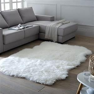 Tapis Blanc Fausse Fourrure : tapis de salon 5 tapis shopper pour un salon tendance ~ Teatrodelosmanantiales.com Idées de Décoration