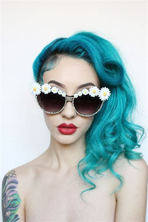 turquoise hair daisies  red lips oooooo  wanna