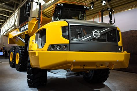 volvo ce unveils  ton ah articulated dump truck