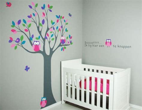 behang babykamer boom houten letters en houten boom voor de kinderkamer