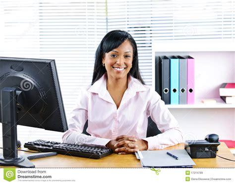 femme d 39 affaires de sourire au bureau images libres