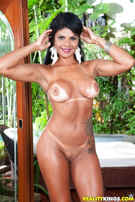 latina milf duda campos ditching miniskirt and top to pose nude amongst ferns