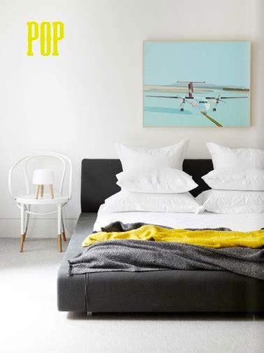 pochoir peinture jaune citron sur mur blanc chambre adulte