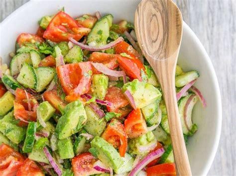 une salade compos 233 e de concombres de tomates et d avocats