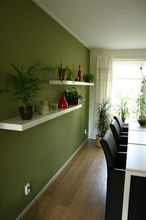 olijfgroen mit bildern wandfarbe wohnzimmer gruene