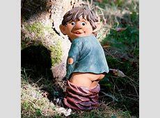 Gartenfigur Gnom Erni mit heruntergelassener Hose von