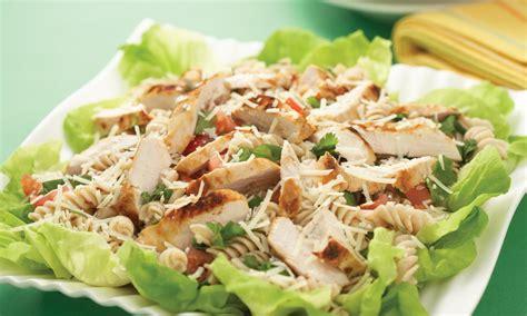 poulet grill 233 avec salade de p 226 tes chaude aux cinq herbes le poulet du qu 233 bec