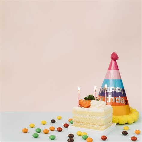 candele per torte di compleanno candele accese sulla torta caramelle e cappello di