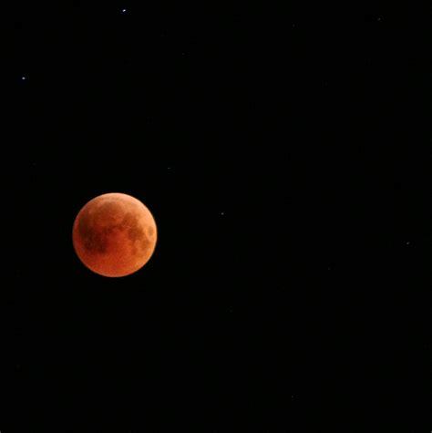 يحدث خسوف القمر عندما يمر القمر مباشرة خلف الأرض في الظل.و يمكن أن يحدث الخسوف من خلال محاذاة الشمس ، والأرض ، والقمر (في نقطة الاقتران) أو بشكل وثيق جدا جدا ، مع الأرض في الوسط. خسوف القمر الدموي حادثة كل 100 سنة - جزيرة الثقافة