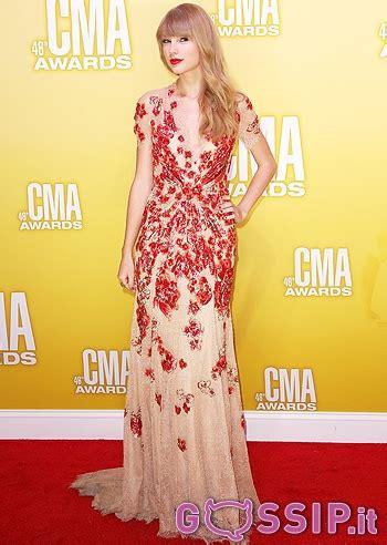 Taylor Swift sul red carpet dei CMA - Foto e Gossip