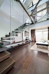 Treppe Im Wohnzimmer : treppe mit glasgel nder f r schickes interieur ~ Lizthompson.info Haus und Dekorationen