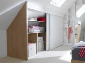 chambre bébé sous pente solution rangement chambre tout un pan de mur faon totem