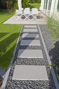 Weggestaltung Im Garten : den weg auflockern mit auf l cke gesetzten platten und einem kiesbeet der dunkle kies passt gut ~ Yasmunasinghe.com Haus und Dekorationen