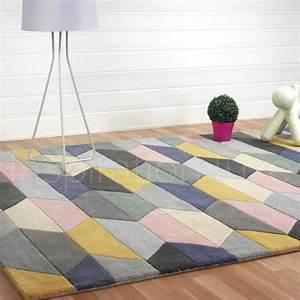 Tapis Forme Geometrique : tapis graphique multicolore et pastel aux motifs g om triques ~ Teatrodelosmanantiales.com Idées de Décoration