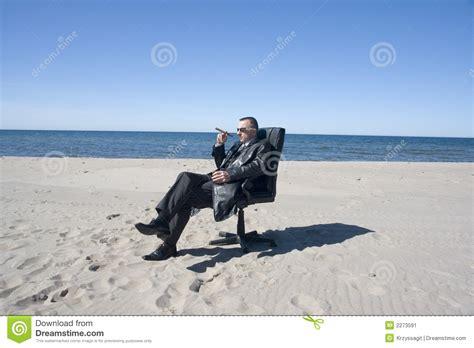 bureau homme d affaire cigare d 39 homme d 39 affaires de plage image stock image