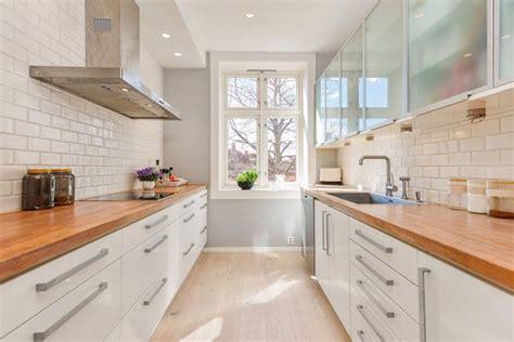 cuisine blanche en bois plan de travail en bois massif chaleureux moderne et