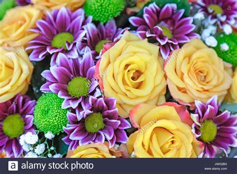 un bel mazzo di fiori un grosso mazzo di fiori di un bel colore giallo le e