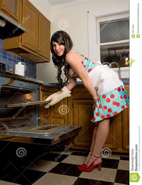 nackt in der küche herrliche frau in der k 252 che stockbild bild schutzblech lustig 23211505