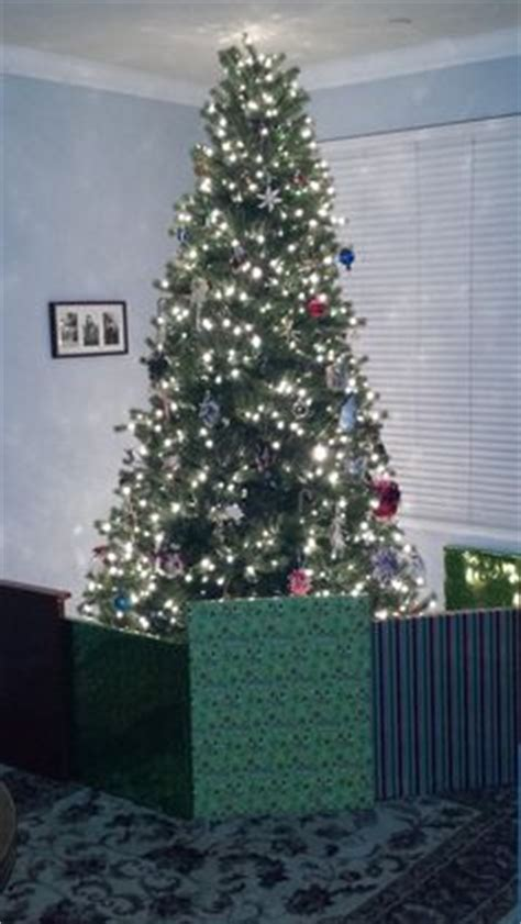 creating  faux gift fence   christmas tree