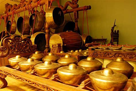 Alat musik berdasarkan fungsinya terbagi menjadi 3, yaitu alat musik harmonis, ritmis, dan melodis. Gamelan, a true Indonesian invention! - Latitudes