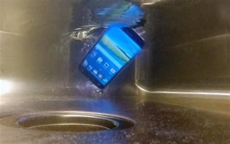 how to fix phone dropped in water your phone accidentally dropped into the water follow