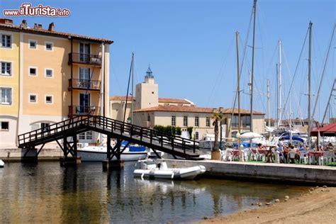 il porto francese di port grimaud si trova in foto port grimaud