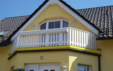 balkongelaender mit blumenkasten