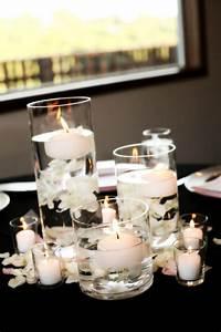 Tischdeko Schwarz Weiß Ideen : wei e schwimmkerzen in runden glasvasen und wei e rosenbl tter mary theme pinterest ~ Bigdaddyawards.com Haus und Dekorationen