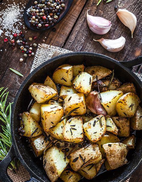 cuisine à la cocotte pommes de terre confites à la cocotte pour 6 personnes recettes à table