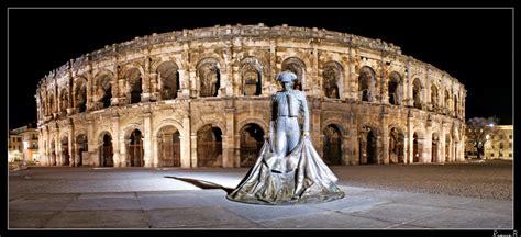 chambre d hotes en corse les arènes de nîmes en nocturne statue de niméno ii