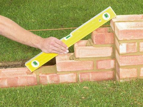 stützmauer bauen anleitung gartenmauer selber bauen anleitung gartenmauern typen gartenmauer aus ziegelsteinen ziegelmauer