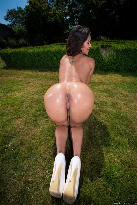 Big Ass Brunette Has Small Tits Photos Samia Duarte