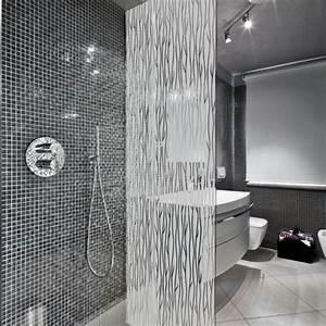 un film adhesif pour cabine de douche au motif de lianes With carrelage adhesif salle de bain avec led ruban plafond