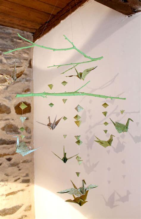 faire soi meme deco chambre bebe faire un mobile en papier origami et des branches en bois