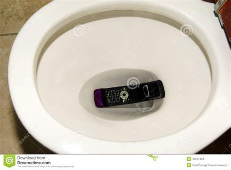 t 233 l 233 phone portable laiss 233 tomber dans la cuvette des toilettes photo stock image 41541684