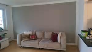 wohnzimmer wandgestaltung farbe akzente mit grauer farbe im wohnzimmer über malerarbeiten