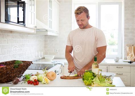 homme bel faisant cuire 224 la maison pr 233 parer la salade dans la cuisine photo stock image 44035413