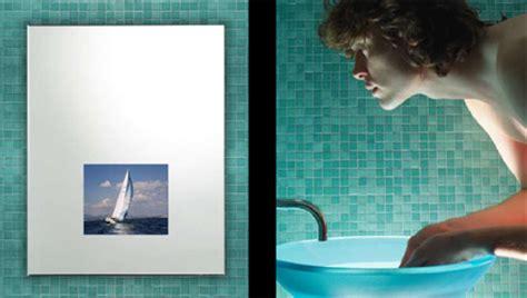 la tv dans le miroir de la salle de bain