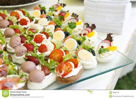 canapé buffet froid mini canapes mezclados fotografía de archivo libre de