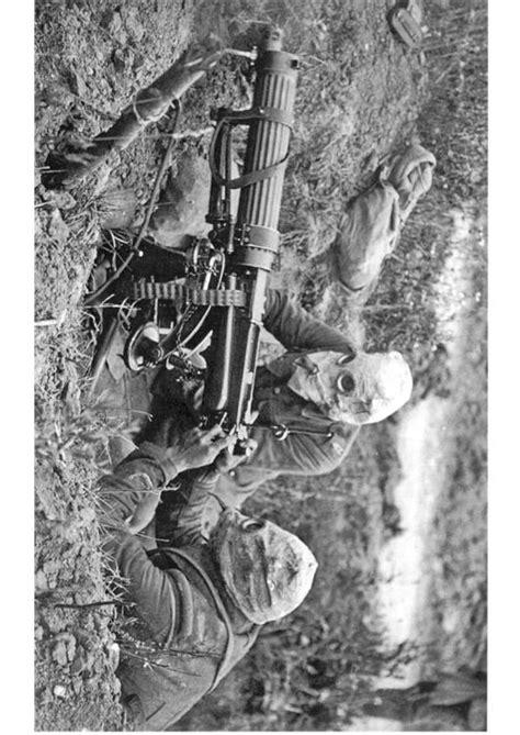 Kleurplaat Soldaten Met Geweer by Foto Soldaten Met Machinegeweer En Gasmasker Afb 12716