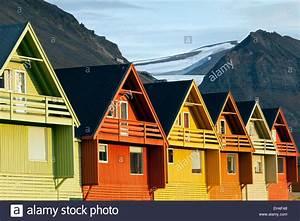 Häuser In Norwegen : bunte h lzerne h user in der siedlung longyearbyen in sommer spitzbergen norwegen stockfoto ~ Buech-reservation.com Haus und Dekorationen