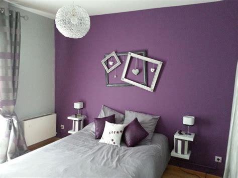 chambre a coucher mauve et gris décoration de chambre avec couleur prune déco