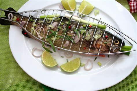 cuisiner les truites comment cuisiner la truite 28 images comment pocher une truite journal des femmes cuisiner