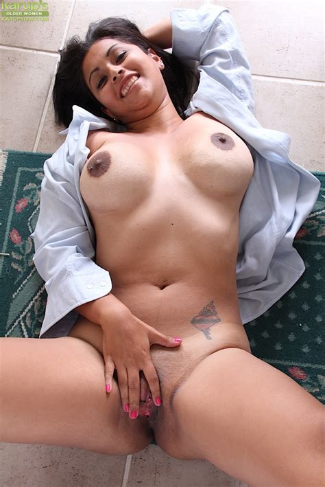 Latina Mommy Veronica Taking Break From Laundry To Flash