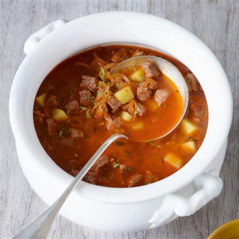 wiener gulaschsuppe mit kartoffeln und majoran rezept