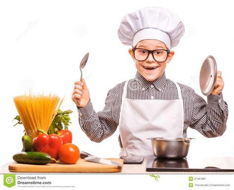 cuisine de a z chef le chef de garçon fait cuire dans la cuisine image stock