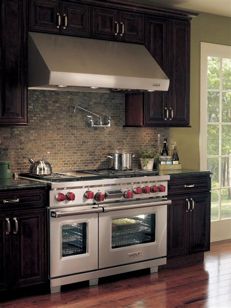 traditional kitchen  pro grade range  tumbled stone