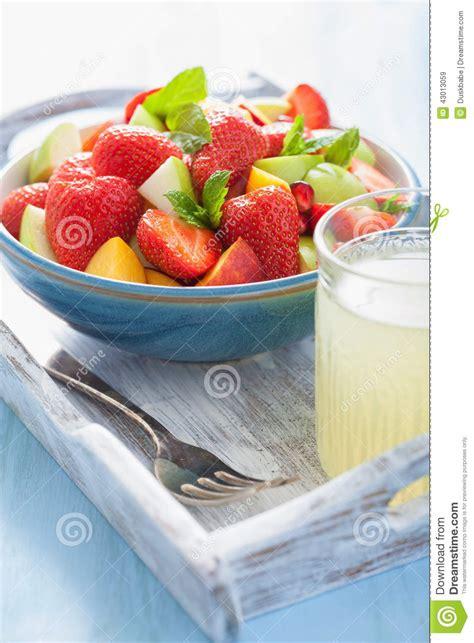dessert avec fruit de la salade de fruit frais avec la fraise pomme nectarine grenade image stock image du dessert